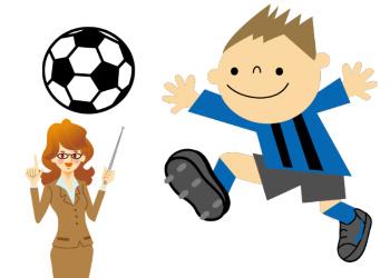 サッカーを行う幼児
