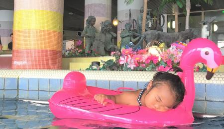 三日月の室内プール